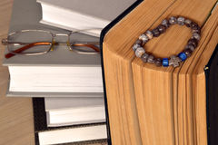 Un vecchio libro con un rosario Pagine ingiallite E vetri Fotografia Stock