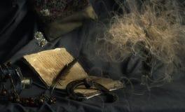 Un vecchio libro con una penna e un ferro di cavallo Immagini Stock Libere da Diritti
