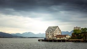 Un vecchio magazzino di pesca sull'oceano Immagine Stock