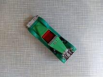 un vecchio modello verde dell'automobile su un fondo grigio Fotografie Stock