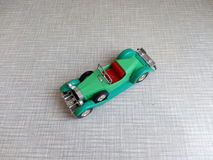 un vecchio modello verde dell'automobile su un fondo grigio Immagini Stock Libere da Diritti