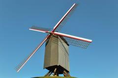 Un vecchio mulino a vento che si siede sulla cima di una collina in una piccola città nel Belgio fotografie stock