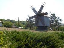 Un vecchio mulino a vento nella terra storica di Dobrogea dentro a sud-est della Romania fotografia stock libera da diritti