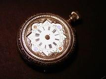 Un vecchio orologio da tasca su un fondo nero Fotografie Stock Libere da Diritti