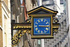 Un vecchio orologio inglese della via immagine stock libera da diritti
