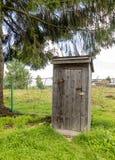 Un vecchio outhouse immagini stock