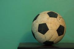 Un vecchio pallone da calcio Fotografie Stock