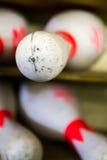 Un vecchio perno di bowling sporco allo scaffale fotografie stock