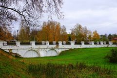 Un vecchio ponte che conduce al Cremlino di Uglic, Russia immagini stock libere da diritti