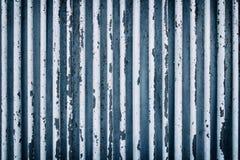 Un vecchio recinto arrugginito che consiste dei tubi Nei toni blu Immagine Stock Libera da Diritti