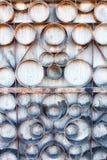 Un vecchio recinto arrugginito del metallo Facciata di vecchia costruzione Fotografia Stock