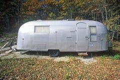 Un vecchio rimorchio del vapore dell'aria ha parcheggiato in Maine fotografia stock