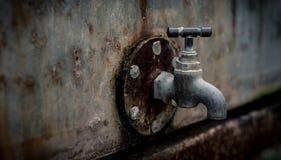 Un vecchio rubinetto arrugginito fotografie stock