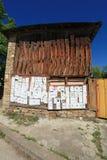 Un vecchio rustico un granaio intonacato con i necrologio della gente deceduta Immagini Stock