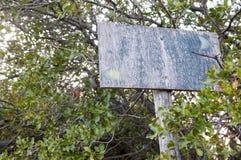 Un vecchio segno di legno di due direzioni Immagini Stock