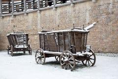 Un vecchio vagone nell'inverno di Izborsk della fortezza Immagini Stock Libere da Diritti