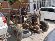 Un vehículo abandonado oxidado quemado 4x4 de SUV en la calle Fotografía de archivo