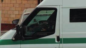 Un vehículo acorazado de la colección con el vidrio a prueba de balas está esperando cerca de Oschadbank Las manos de los conduct metrajes