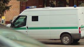 Un vehículo acorazado de la colección con el vidrio a prueba de balas está esperando cerca de Oschadbank Las manos de los conduct almacen de metraje de vídeo