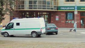 Un vehículo acorazado de la colección con el vidrio a prueba de balas está esperando cerca de Oschadbank Las manos de los conduct almacen de video