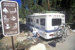 Un vehículo de la reconstrucción descarga sus aguas residuales en el parque nacional de secoya, California Fotografía de archivo libre de regalías