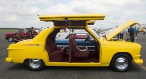 Un vehículo viejo inusual en la exhibición en una pista de despeque del aeropuerto en la Florida fotografía de archivo