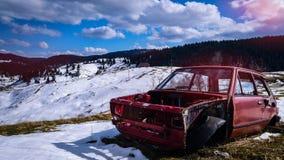 Un veicolo abbandonato nella regione selvaggia fotografia stock