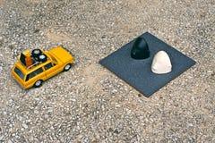 Un veicolo utilitario giallo che passa dalla tomba sul campo Fotografia Stock