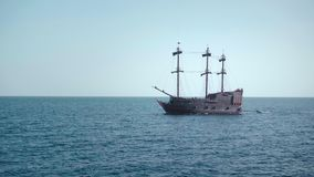Un velero del pirata en las aguas azules del océano cerca de la visión almacen de video