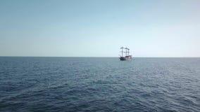 Un velero del pirata en las aguas azules del océano Visión lejana almacen de video