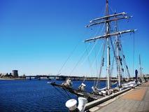 Un velero en fondo del cielo azul Imagen de archivo libre de regalías