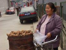 Un vendedor ambulante de la mujer Foto de archivo libre de regalías