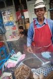 Un vendedor ambulante de la sopa de fideos en la calle de Bangkok fotos de archivo