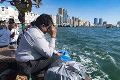 Un vendedor ambulante en el Dubai Creek imagen de archivo
