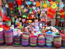Un vendedor ambulante que vende artículos plásticos coloridos Fotografía de archivo