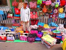 Un vendedor ambulante que vende bolsos de las señoras Imagen de archivo libre de regalías