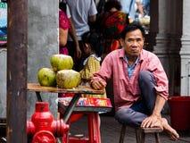 Un vendedor ambulante que vende el agua del coco fotografía de archivo