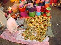 Un vendedor ambulante que vende fans coloridas de la mano Imagen de archivo