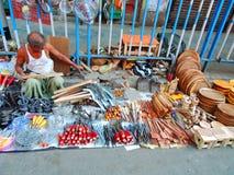 Un vendedor ambulante que vende las herramientas del hogar Imagen de archivo libre de regalías
