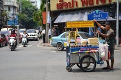 Un vendedor busca al cliente en una calle del centro de ciudad en Bangkok Fotografía de archivo libre de regalías