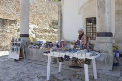 Un vendedor de los recuerdos intermigling la mezquita Foto de archivo