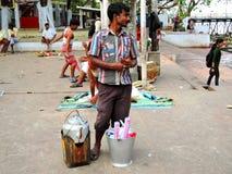 Un vendedor del té que se coloca con su caldera Fotografía de archivo libre de regalías