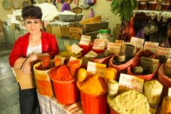 Un vendedor no identificado en mercado central de la comida foto de archivo