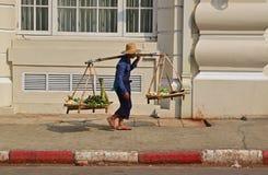 Un vendedor vegetal que lleva su recién hecho sobre su hombro izquierdo en Rangún Myanmar fotografía de archivo libre de regalías