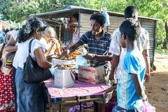 Un vendeur de fruit pèse des raisins pour un client à un marché près de Jaffna, Sri Lanka images libres de droits