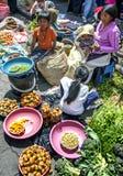 Un vendeur de fruits et légumes avec ses enfants au marché indien dans Otavolo en Equateur photos libres de droits