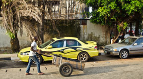 Un vendeur va environ ses affaires autour de ville portuaire de Lagos Images stock