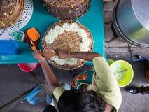 Un venditore ambulante che prepara le tagliatelle pandan Immagine Stock