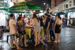 Un venditore ambulante che vende gli insetti fritti ai turisti sul Ro di Khao San Immagini Stock Libere da Diritti