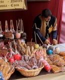 Un venditore ambulante sta preparando il suo supporto della via in una fiera medievale Fotografia Stock Libera da Diritti